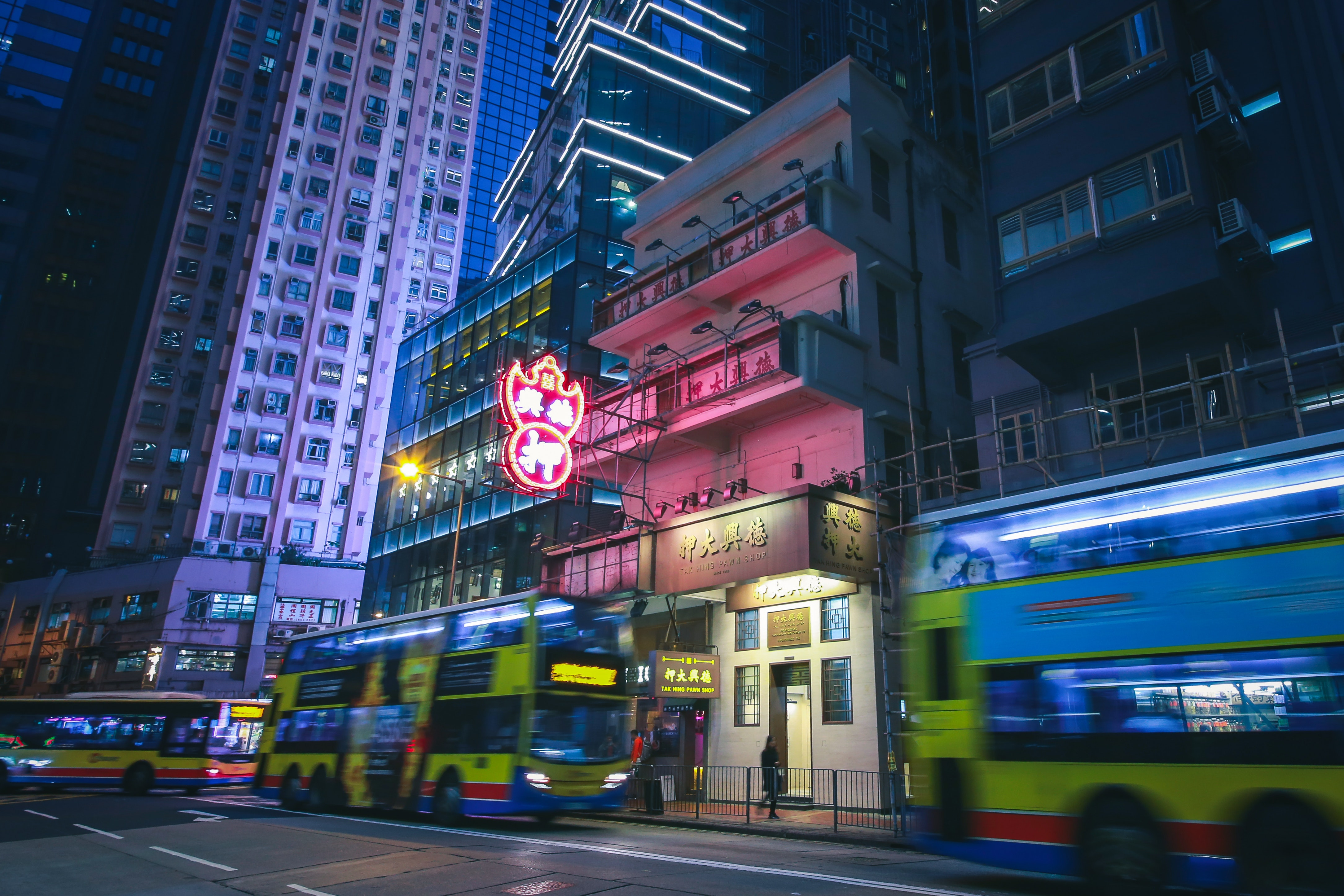 buildings-in-downtown-hong-kong-at-night-1565685